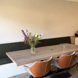 Wandmeubel aansluitend met bank en tafel
