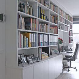 Boekenkast met thuiswerkbureau