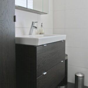 Eiken badkamermeubel met zwarte kleur beits