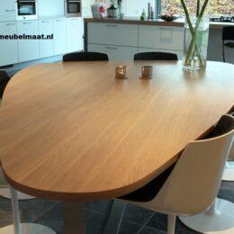 Grote eiken tafel met drie ronde kanten