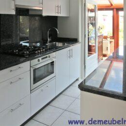 Gespoten witte keuken met marmer blad