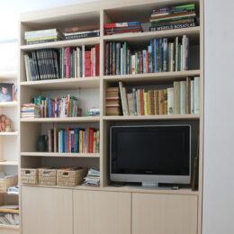 Kantoorruimte met hoge boekenkasten
