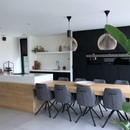 Eiken keuken met zwarte achterwand