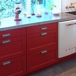 Rood gespoten keuken