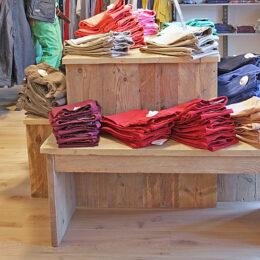 steigerhouten tafel met bankjes voor kleding voor Express Wear