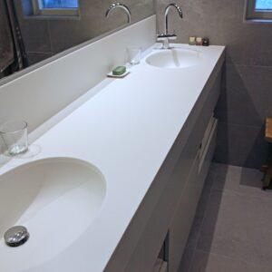 Wit badkamer meubel met corian blad