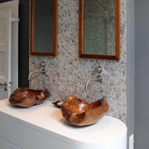 Wit badkamer meubel met houten kommen