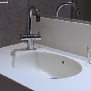 Witte badkamer met corian blad