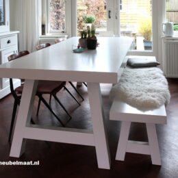 Witte tafel en bank met schuine poten