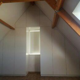 Zolderkast in schuinte van het dak