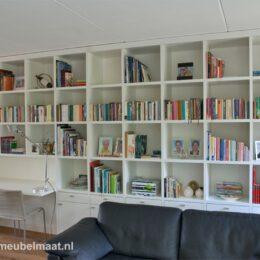 boekenkast met lade en onder deuren
