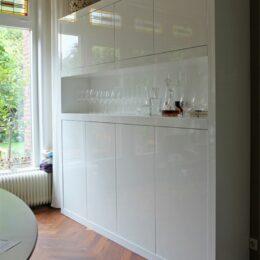 Hoogglans witte kast met open vak