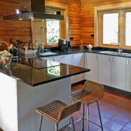 keuken wit met natuursteen blad