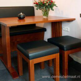 keukenbank en tafel met krukjes
