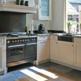 klassieke keuken met natuursteen
