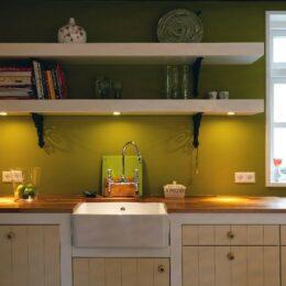 klassiek gespoten keuken met noten blad