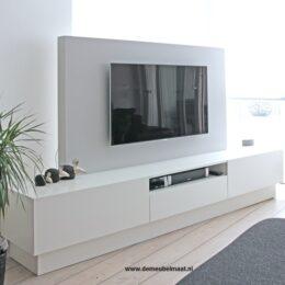 witte tvkast met grijze achterwand voor tv