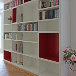 witte wandkast met rode vakken